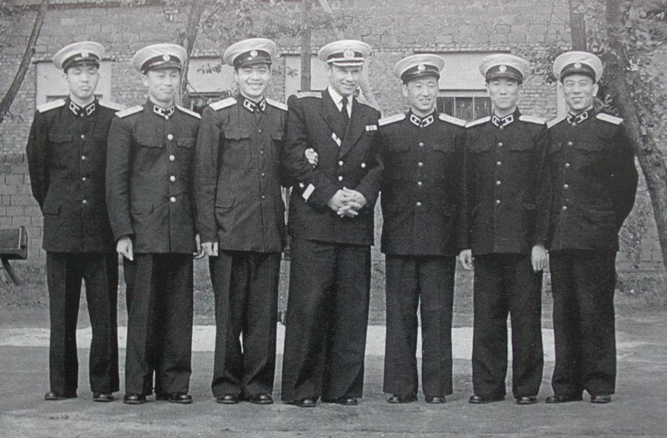Китайские студенты учились в военно-морском училище в Ленинграде, и вот - вместе фотографировуются с учителем.