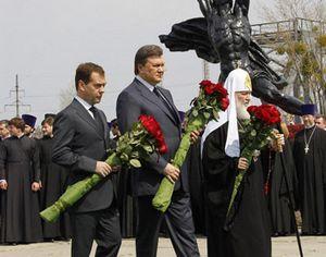 Медведев и Янукович посетили мемориал ликвидаторам аварии на ЧАЭС