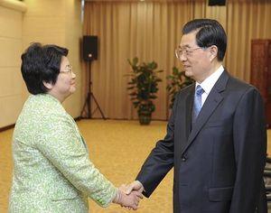 Ху Цзиньтао встретился с президентом Кыргызстана Р. Отунбаевой