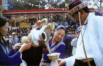 Питье ячменного пива в Тибете