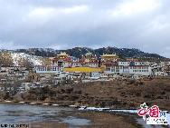 «Гэдань Сунцзаньлинь» является самым большим тибетским храмом в тибетских районах провинции Юньнань. Он был построен во времена правления императора Канси династии Цин.