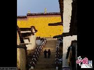 Его внешность очень напоминает дворец Потала, поэтому его называют «маленьким дворцом Потала». Его архитектура содержит квинтэссенцию религиозной культуры тибеткой национальности.