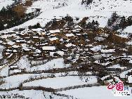 На фото: Дома в деревне жителей тибетской национальности, покрытые снегом