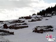 Дома в деревне жителей тибетской национальности, покрытые снегом