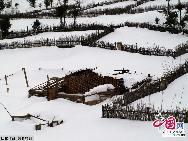 Дома жителей тибетской национальности у храма «Гэдань Сунцзаньлинь»