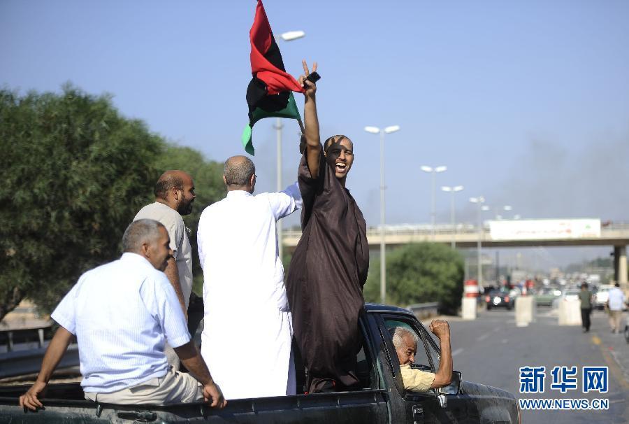 Он сообщил, что с воскресенья ПНС проводит заседание по обсуждению последних продвижений по всем фронтам. По его словам, оппозиция разыскивает М. Каддафи в Триполи и исключает возможность того, что он покинет Ливию.