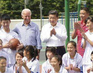 Заместитель председателя КНР Си Цзиньпин и вице-президент США Дж. Байден в городе Дуцзянъянь посетили восстановленные после землетрясения объекты