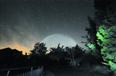 В прошлую субботу в ночном небе появились огромные светящиеся предметы, многие самолеты докладывали о том, что они увидели НЛО.