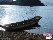 В озере Лугуху находятся 5 островов, 3 полуострова и один остров, соединенный с морской дамбой. На северном берегу озера расположена гора Гэмушань. Местные жители считают ее священной горой.