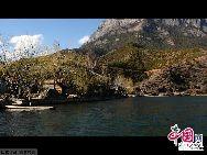 Озеро Лугуху расположено в уезде Нинлан г. Лицзян провинции Юньнань на высоте 2690 метров над уровнем моря. Его называют «высокогорной жемчужиной». Площадь озера составляет 58 кв. км. Средняя глубина озера – 45 метров. Наибольшая глубина озера достигает 90 метров.