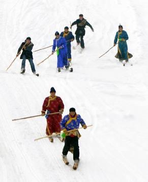 Радостные люди в сказочном мире города Алтай