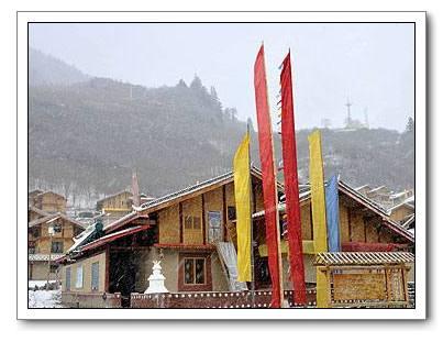 Очаровательная деревня тибетской национальности в снегу уезда Цзючжайгоу