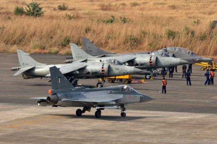 В последние дни были опубликованы официальные снимки многоцелевого истребителя «LCA», самостоятельно произведенного Индией. Как сообщается, уже успешно завершен его испытательный полет в Гоа.