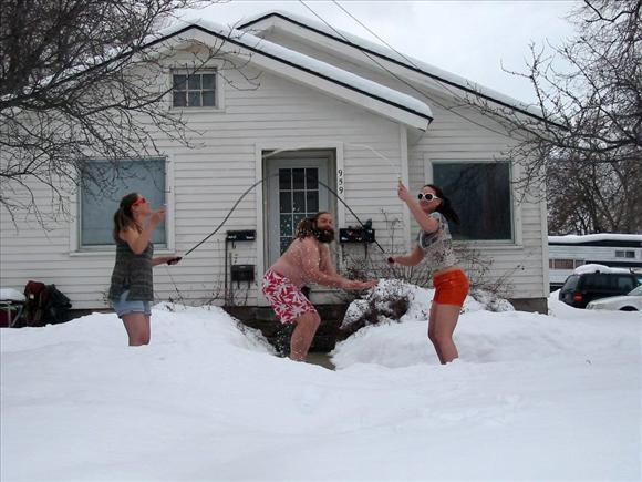 Оригинально! Иностранцы на снежном пляже11