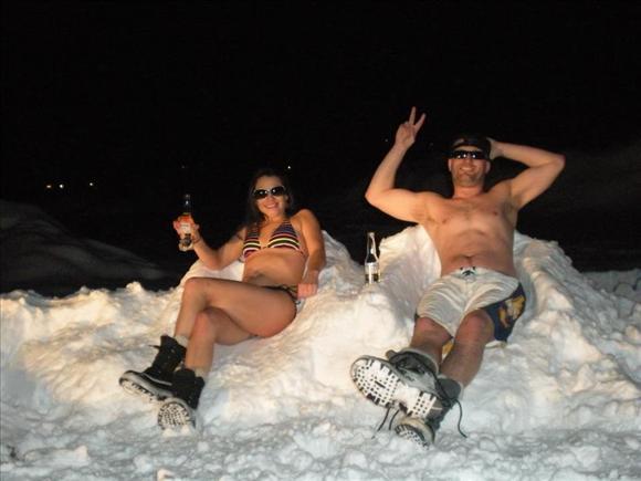 Оригинально! Иностранцы на снежном пляже12