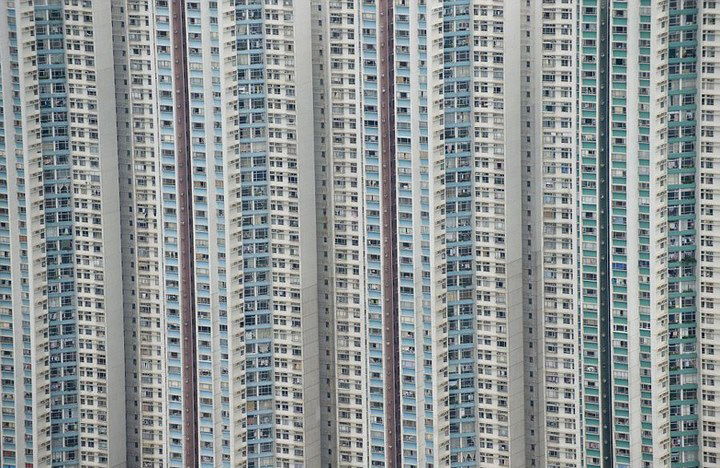 По сообщению британской газеты «Дэйли мэйл», за 12 лет британский фотограф Джейсон Хокс с вертолета снял большое количество аэрофотографий, демонстрирующих ряд жилых районов на четырех континентах.