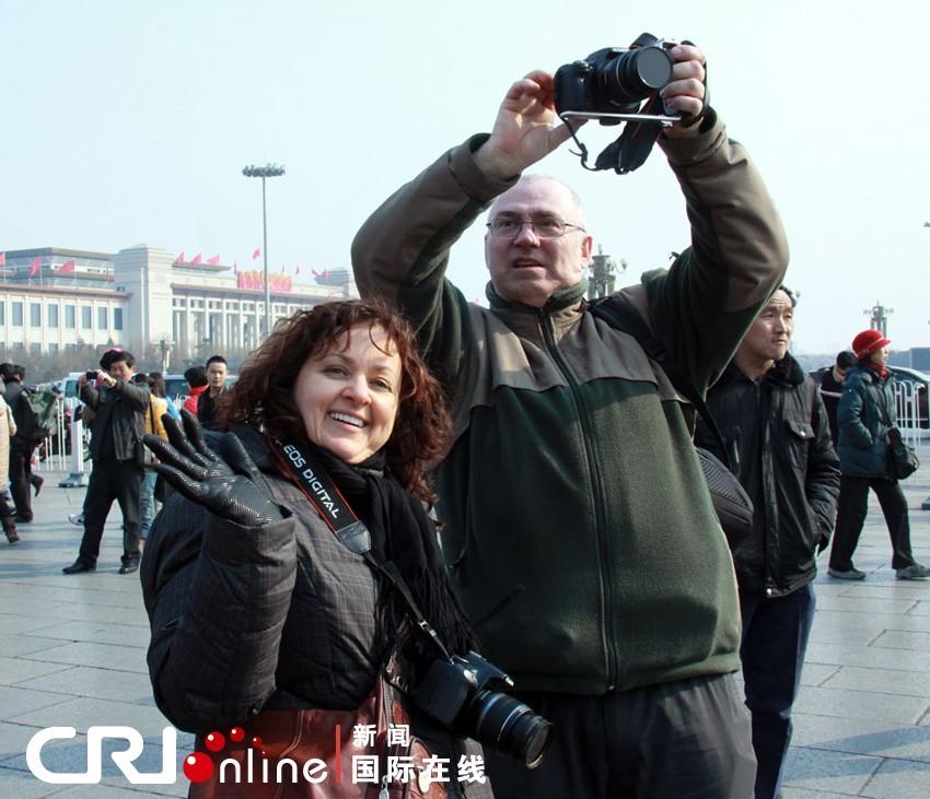 Иностранные туристы на площади Тяньаньмэнь в период «двух сессий»1