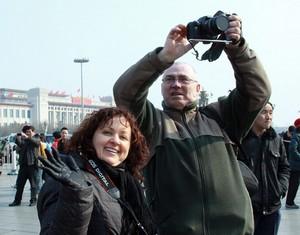Иностранные туристы на площади Тяньаньмэнь в период «двух сессий»