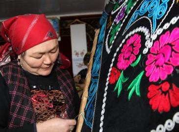 Казахские женщины в Синьцзяне зарабатывают более 10. млн. юаней ручной вышивкой