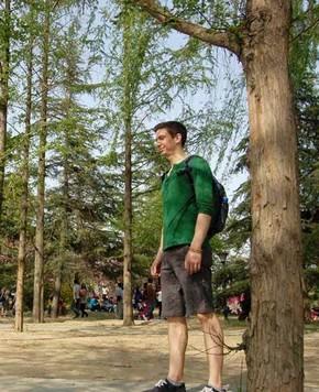 Радостные люди в парках