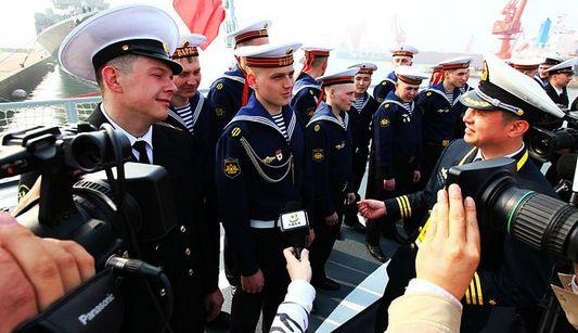 Офицеры и солдаты ВМС Китая и России посетили корабли друг друга