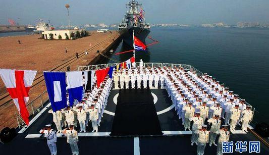 На военных кораблях России была проведена церемония поднятия государственных флагов КНР в честь празднования 63-летия создания ВМС НОАК