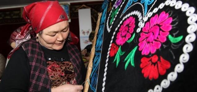 Казахские женщины в Синьцзяне зарабатывают более 10. млн. юаней ручной вышивкой 0