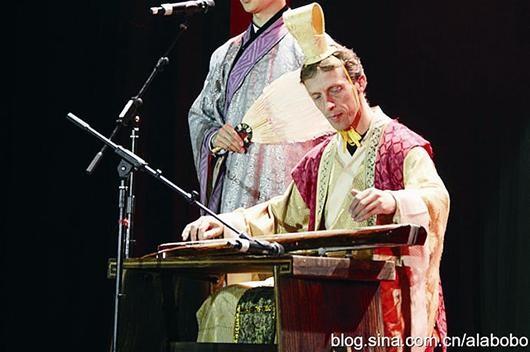 Увлекающийся традиционной культурой Китая голландец за свой счет обучается в Уханьском университете1