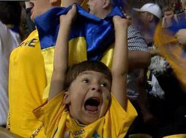 Самый популярный футбольный болельщик сборной Украины на Евро-2012 Тимур посмотрел тренировки Шевченко