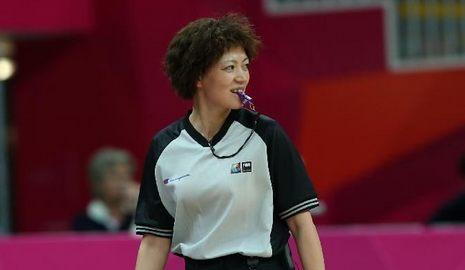 Женщина-судья из Китая на соревнованиях по баскетболу на Лондонской Олимпиаде