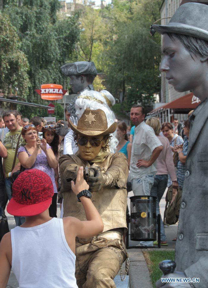 19 августа на улице Крещатик в центре Киева ежедневно с 12 и до 21 часа стоят 'живые скульптуры', вызывающие у прохожих неподдельный интерес.
