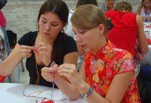 Студенты МГУ изучают рисовать образцы грима Пекинской оперы