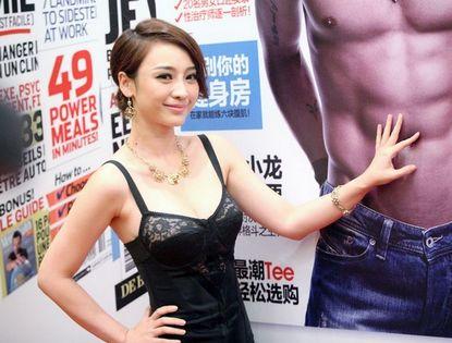 Сексуальная красавица Лю Янь на коммерческом мероприятии