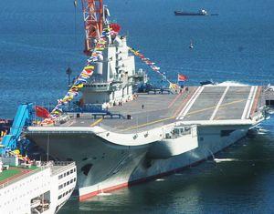 Первый китайский авианосец «Ляонин» в праздничном наряде