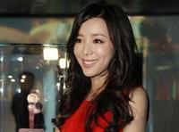 Очаровательная Чжан Цзинчу в красном платье
