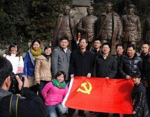 Туристы посещают ?революционную святыню? Яньань в предверии 18-го съезда КПК