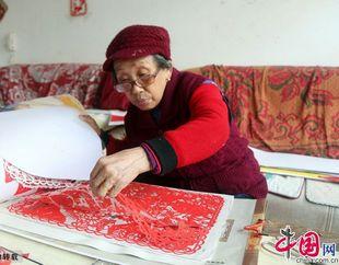Цзянси: 76-летняя мастерица сделала вырезки из бумаги в честь предстоящего 18-го съезда КПК