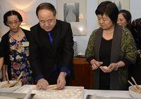 В Стокгольме Мо Янь и его супруга готовят пельмени вместе с представителями местной китайской диаспоры