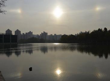 В Шанхае появилось сразу три солнца