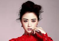 Изящная Цзян Синьхун в красном
