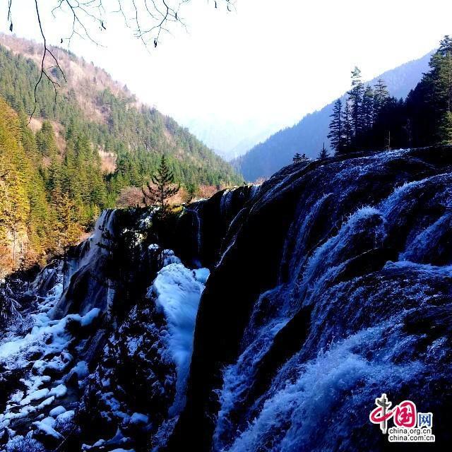 Очаровательный пейзаж района Цзючжайгоу зимой