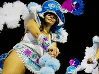 Парад самбы на карнавале в Рио-де-Жанейро