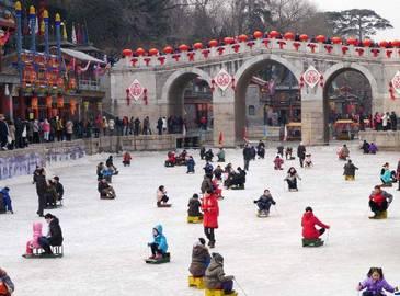 Гулянье по парку Ихэюань в дни праздника Весны