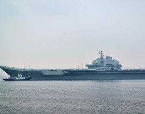 Первый в Китае авианосец 'Ляонин' впервые причалил в новопостроенном военном порту в Циндао