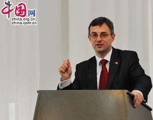 Временный поверенный в делах Украины в КНР Василий Гамянин выступает с речью