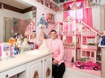 Американский фанат Барби заполнил дом 2 тысячами кукол