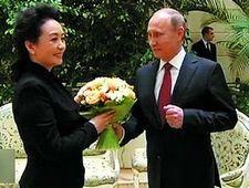 Пэн Лиюань, сопровождающая Си Цзиньпина, вызвала большое внимание иностранных СМИ