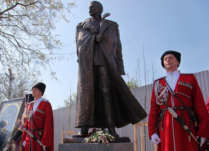 Открытие памятника генералу Лавру Корнилову в Краснодаре