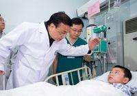 Ли Кэцян прибыл в больницу 'Хуаси' в г. Чэнду посетить раненых при землетрясении