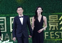 Лю Дэхуа и Линь Чжилин на церемония закрытия 3-го Пекинского международного кинофестиваля